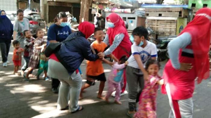 Lestarikan Tradisi, Anak Jalanan di Terminal Gubernur Suryo Gresik Diajarkan Permainan Tradisional