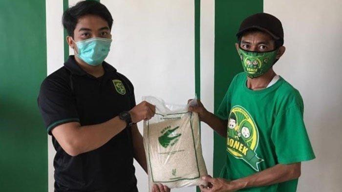 Ulang Tahun Persebaya ke-93, Persebaya dan Persebaya Store Donasikan Satu Ton 'Beras Bajul' pada PKL
