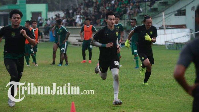Jalankan Tugas Jaga saat PSBB Surabaya, Kiper Persebaya Malah Diserbu Fans Minta Foto