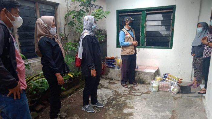 Personel Gabungan Bagikan Bantuan Paket Sembako Warga Isolasi Mandiri di Kediri