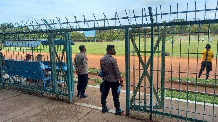 Personel polisi menjaga proses seleksi RANS Cilegon FC di Stadion Krakatau Steel, Kota Cilegon, Rabu (7/4/2021).
