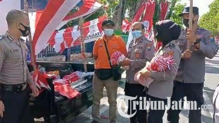 Polres Pamekasan Borong Bendera Merah Putih yang Dijual PKL, Wujud Kepedulian Dampak Pandemi