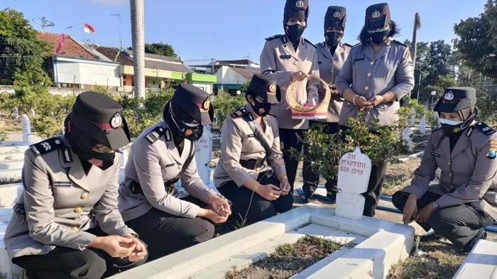 Polwan Polres Kediri Kota Berziarah ke Taman Makam Pahlawan Jelang HUT Polwan ke-73