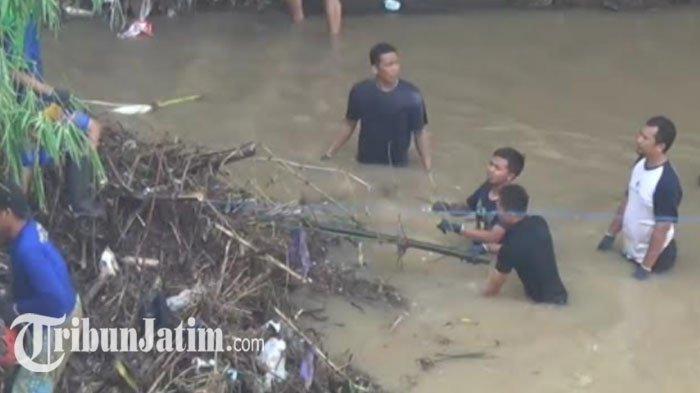 Antisipasi Banjir, BPBD Magetan Angkat Puluhan Ton Sampah RT dari Dalam Sungai Mangge
