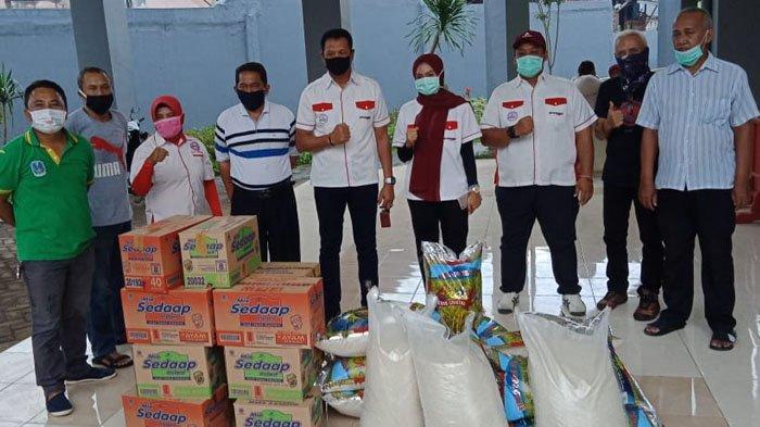 Ringankan Beban Masyarakat akibat Wabah Covid-19, Pengkot PBVSI Surabaya Bagikan Paket Sembako