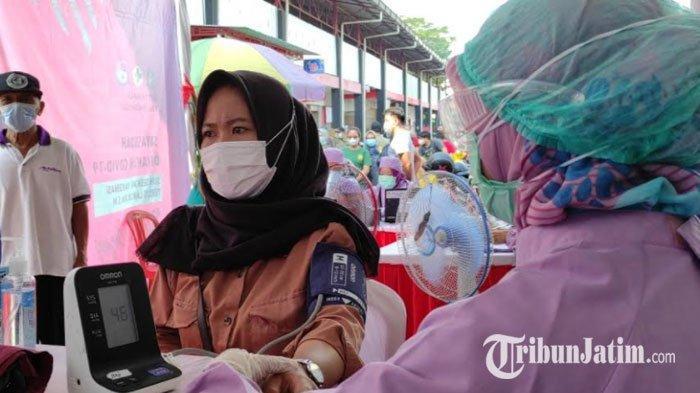 Warga Kota Blitar Antusias Ikuti Vaksinasi Massal di Pasar Pon, Dinkes Targetkan 400 Peserta