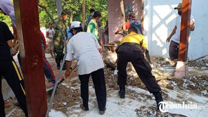 Rumah di Kabupaten Kediri Rusak Parah Kena Petasan Meledak, Warga Gotong Royong Bantu Perbaikan