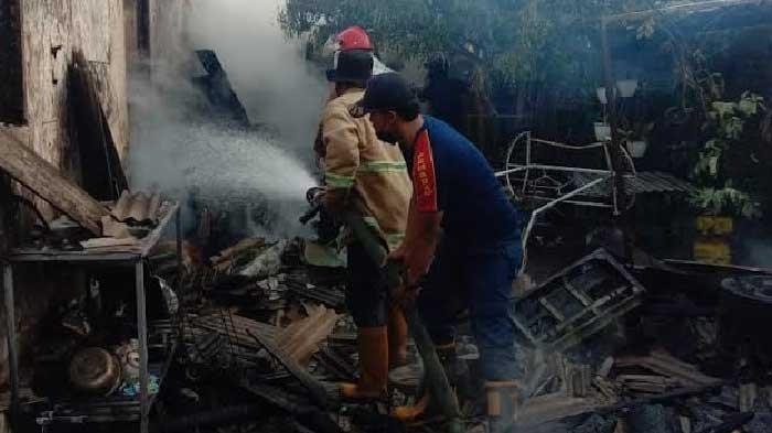 Lihat Api Mengganas, Warga Lumajang Bangunkan Keluarganya, Berjam-jam Petugas Berjibaku Jinakkan Api