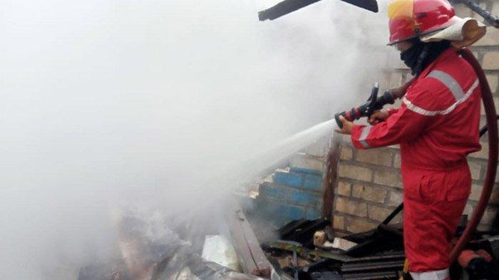 Rumah di Soko Tuban Terbakar, Api Berkobar Cepat, Tiga Mobil Damkar Dikerahkan