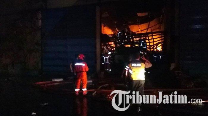 3 Gudang di Pergudangan Margomulyo Terbakar, Dinas PMK Surabaya Turunkan Separuh Total Unit Pemadam