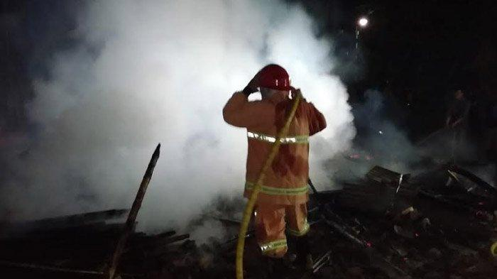 Korsleting Listrik Sebabkan Warung dan Rumah di Bojonegoro Terbakar, Kerugian Capai Puluhan Juta