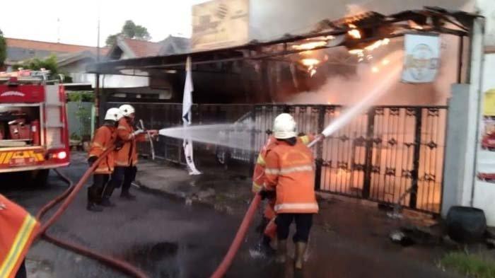 Warga Gotong Royong Berjibaku Jinakkan Api di Rumah Jalan Ketintang Baru Surabaya yang Terbakar