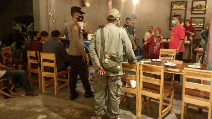 Tak Pakai Masker, Sejumlah Pemuda di Pamekasan Disanksi Nyanyi Indonesia Raya