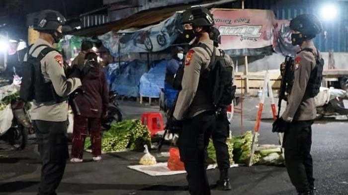 Pendisiplinan Protokol Kesehatan, Petugas Gabungan Tertibkan Pedagang di Pasar Templek Kota Blitar
