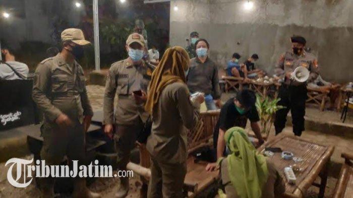 Operasi Yustisi Penegakkan Prokes di Tuban, Tim Gabungan Sita KTP dan HP Pengunjung Cafe