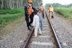 Petugas Halau Warga Jember yang Nekat Ngabuburit di Rel Kereta Api