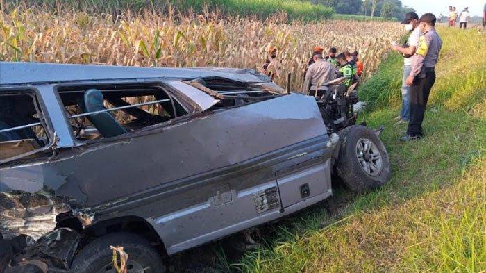 Mobil Terpental ke Kebun Jagung usai Ditabrak KA Gajayana di Kediri, Satu Orang Meninggal