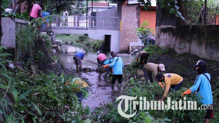 Atasi Genangan Air di Sejumlah Jalan Kota Kediri, Pemkot Mulai BersihkanSaluran Drainase