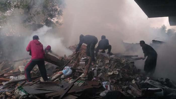 Kebakaran Material di Area Proyek Pembangunan Tuban, Empat Mobil Damkar Dikerahkan Jinakkan Api