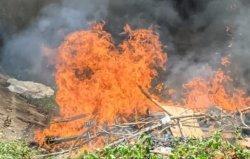 Bangunan Liar di Bawah Kolong Jembatan Brawijaya Kediri Dibakar Satpol PP