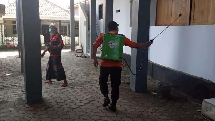 Awasi Prokes, Satgas Penanganan Covid-19 Semprot Disinfektan Lokasi Haul Habib Soleh Tanggul Jember