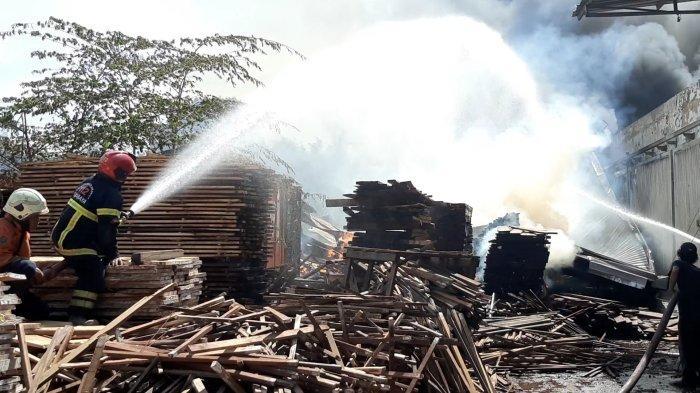 Pabrik Kayu Hangus Terbakar di Gresik, Sempat Terdengar Ledakan