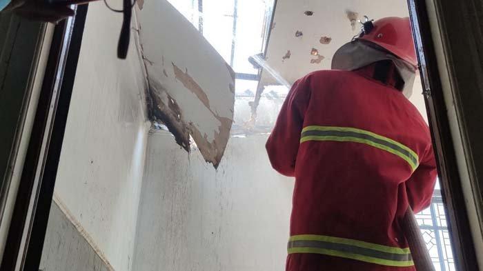 2 Unit Mobil Damkar Dikerahkan untuk Padamkan Api yang Membakar Rumah di Jalan Anggrek Probolinggo