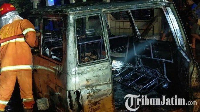 Gara-gara Anak Bawa Lilin, Mobil Toyota Kijang Hangus Terbakar di Trenggalek