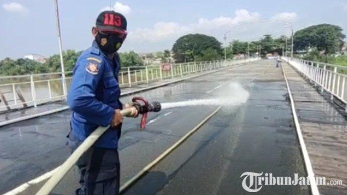 Hari Jadi ke-152, Pelestari Bangunan Cagar Budaya Bersihkan Jembatan LamaKota Kediri