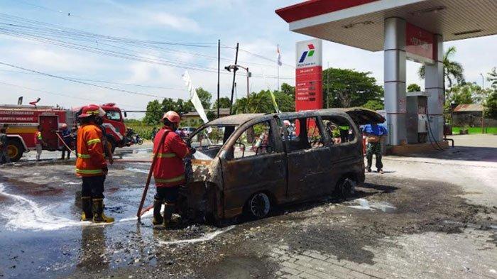Mobil Daihatsu Espass Terbakar di SPBU Godean Nganjuk, Beruntung Bisa Didorong Menjauh