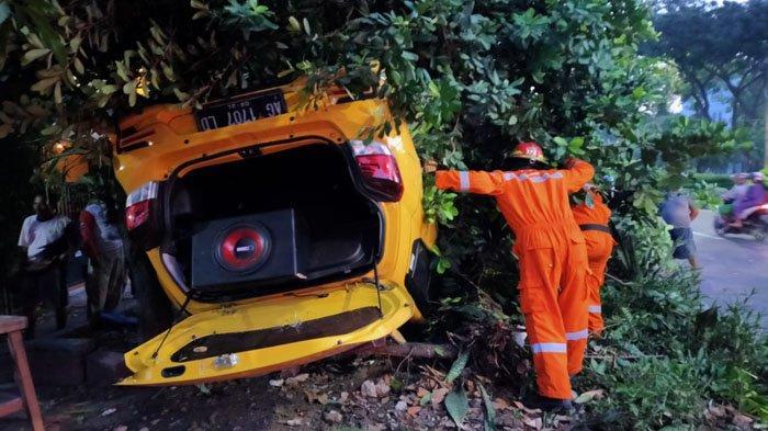 Tabrak Pembatas Jalan di Merr Surabaya, Mobil Toyota Agya Terbalik, Pengemudi Negatif Narkoba