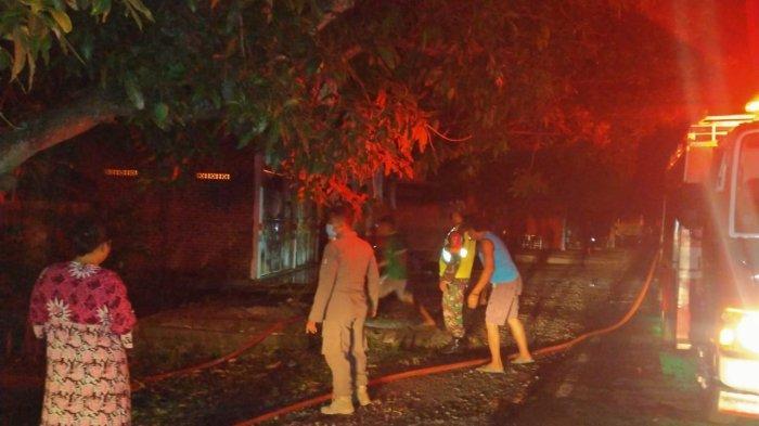 Toko di Bojonegoro Terbakar Hebat Saat Tengah Malam, Perkakas Ludes Kerugian Capai Rp 80 Juta