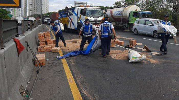 Over Load Sebabkan Ban Meletus, Truk Muat Minyak Goreng Kemasan Terguling di Tol Waru