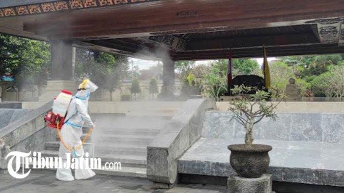 Jelang Kunjungan Presiden Jokowi di Kota Blitar, PMI Semprot Cairan Disinfektan di Makam Bung Karno