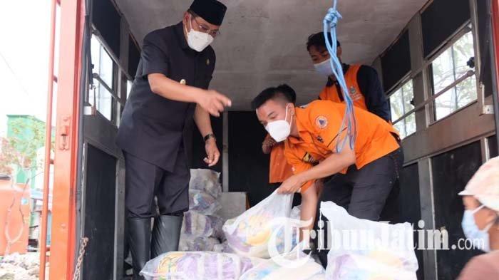 Pj Bupati Sidoarjo Kirim 3 Ton Beras untuk Warga Terdampak Banjir di Kalipecabean dan Banjarasri