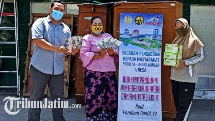 Dorong Warga Surabaya Hidup Sehat di Tengah Pandemi, S1 Ikor FIO Unesa Sebar Booklet Aktifitas Fisik