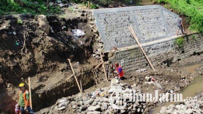 Plengsengan Dam Gajah Kota Blitar Ambrol Akibat Banjir, DPRD Tetap Minta Rekanan Bangun Ulang