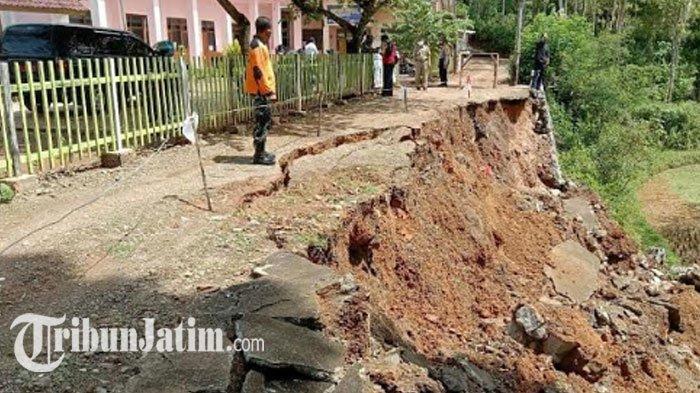 Plengsengan Depan SDN 2 Dongko Trenggalek Ambrol, Jalan Sekitar Ditutup, 'Bahaya Dilewati Warga'