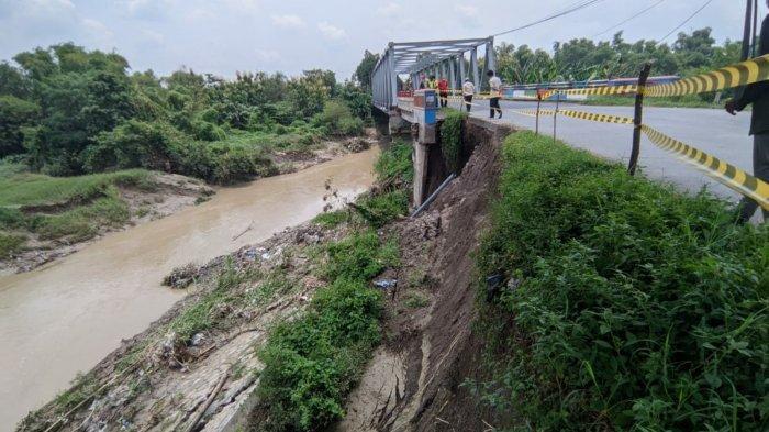 Membahayakan Plesengan di Jembatan Beru Mojokerto-Gresik Ambles Akibat Erosi Kali Lamong