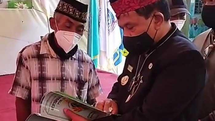 Beri Kepastian Hukum, Kang Marhaen Serahkan 1.200 Sertifikat Tanah Program PTSL ke Warga Nganjuk