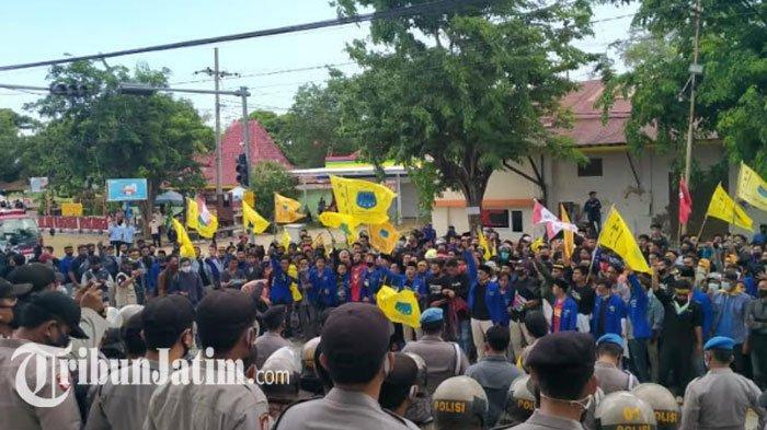 Ribuan MahasiswaDemo Tolak Ominbus Law di Depan KantorPT Garam Sumenep: Jangan 'Gantung' Buruh!