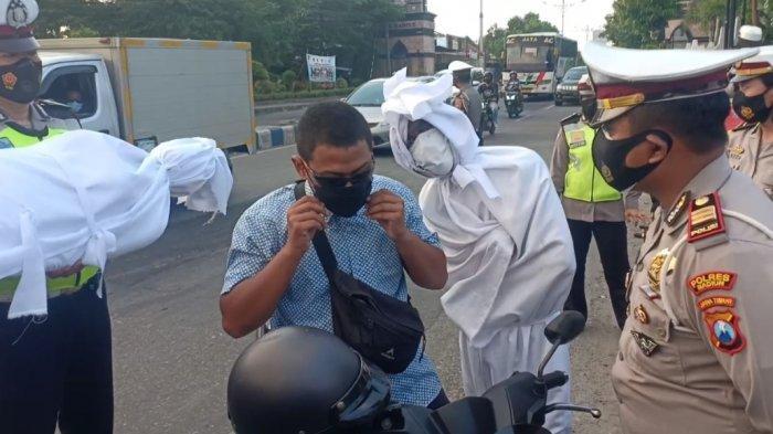 Kasus Meninggal Akibat Covid-19 Tertinggi di Jatim, Polres Madiun Ajak 'Pocong' Bagikan Masker