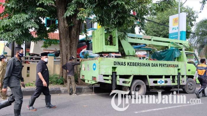 Pj Bupati Hudiyono Pimpin Penebangan Pohon di Depan PLN Sidoarjo: Sebagai Bentuk Antisipasi