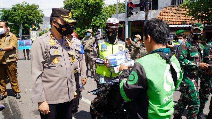 Kapolres Gresik Bagikan 1.500 Masker di Jalan Raya