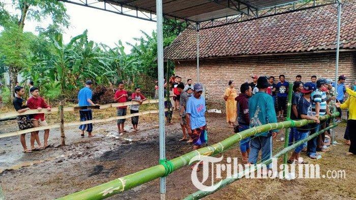 Jajaran Polsek Sukorejo bertindak tegas membubarkan acara ojung di Dusun Krangking Timur, Desa Dukuhsari, Kecamatan Sukorejo, Kabupaten Pasuruan, Jawa Timur, Minggu (27/12/2020) sore.
