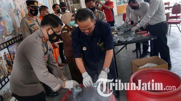 Hendak Jual 25 Kg Serbuk Bahan Peledak di Trenggalek, Dua Warga Jombang Dibekuk Polisi