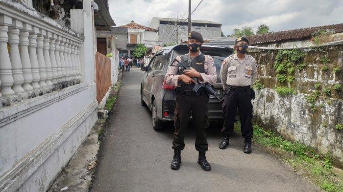 Terduga Teroris di Tuban Ditangkap Usai Antar Anak Les, Densus Amankan Sejumlah Barang