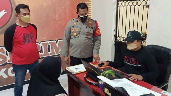 Polisi saat memeriksa ibu pembuang bayinya di Sidoarjo.