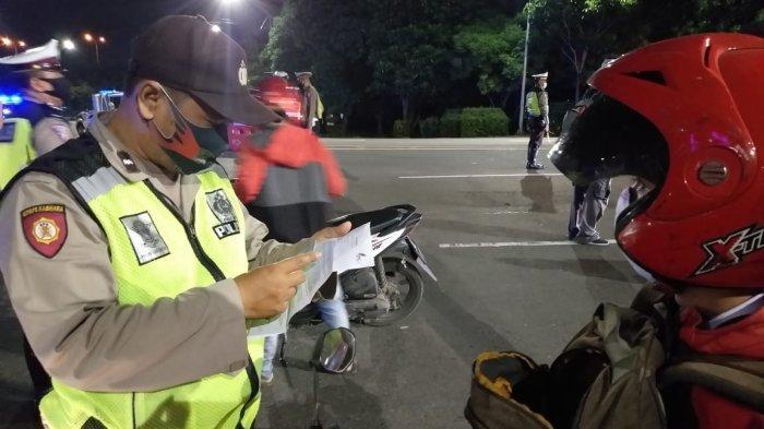 Ratusan KTP Disita Satpol PP Jatim saat Penerapan Tahap Kedua PSBB, Satpol PP: Nongkrong di Warung