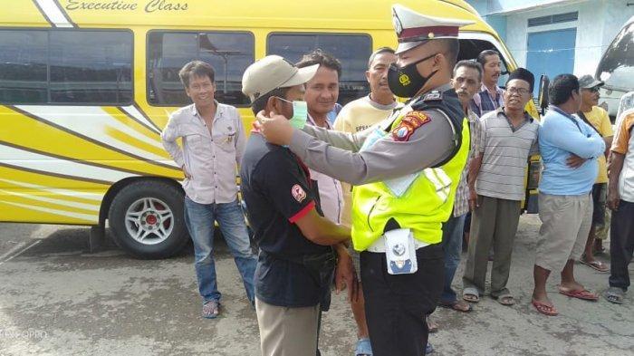 Prihatin Lihat Sopir Angkutan Langgar Prokes, Polisi Sampang Sisihkan Gaji untuk Bagi Masker